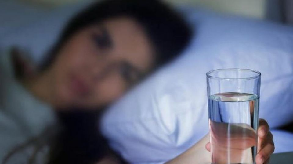 5b5eb69e-cfb0-445d-ba61-69840a0a0a67-drinking-lemon-water-before-bed-750x400-690x480-1.jpg